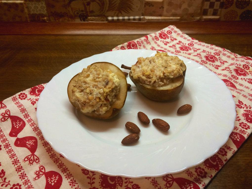 Для того, чтобы груши не заваливались на бок, закрепим их с помощью самодельных колец из пищевой фольги.