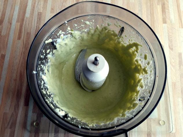 салат с йогуртово-авокадовым соусом